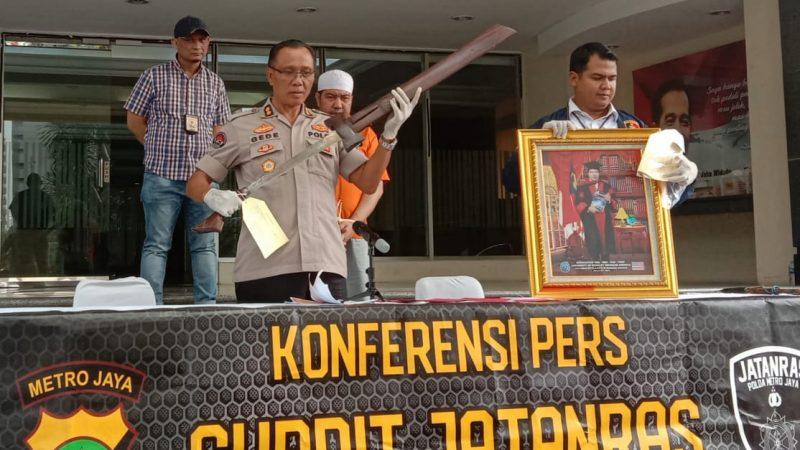 Kasubdit Penmas Polda Metro Jaya AKBP I Gede Nyeneng ketika menunjukkan beberapa barang bukti terkait tersangka IL (foto Keadlian/CH)