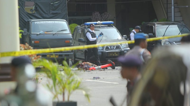 Petugas Labfor Polda Sumut sedang melakukan identifikasi di lokasi ledakan bom bunuh diri di Mapolresta Medan. Rabu (13/11/2019) (foto dok FM)