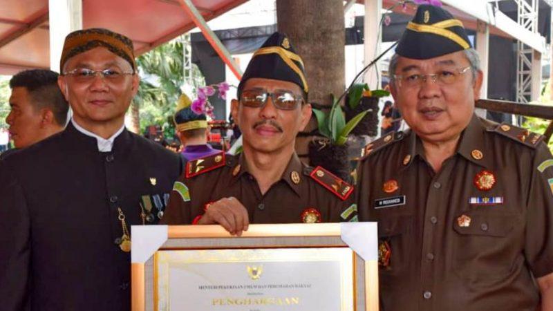 Menteri PUPR Anugerahi Jamintel dan Kajati Sulsel Penghargaan