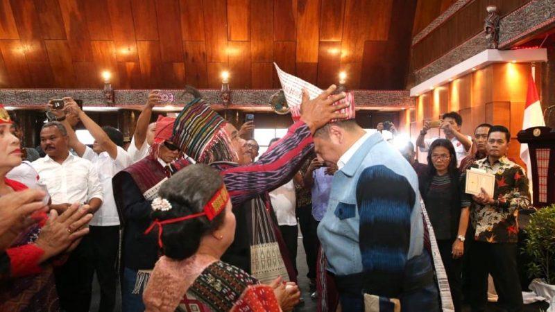 Ketua MPR Terima Pakaian Adat Raja Batak di Tapanuli Utara