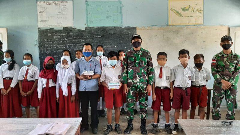 Dukung Pendidikan, Satgas Pamtas RI-Malaysia Bagikan Buku dan Alat Tulis untuk Siswa di Perbatasan