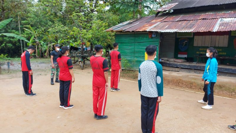 Tingkatkan Kemampuan Baris-Berbaris, Satgas Pamtas RI-Malaysia Latih PBB Anggota Paskibraka Desa Siding
