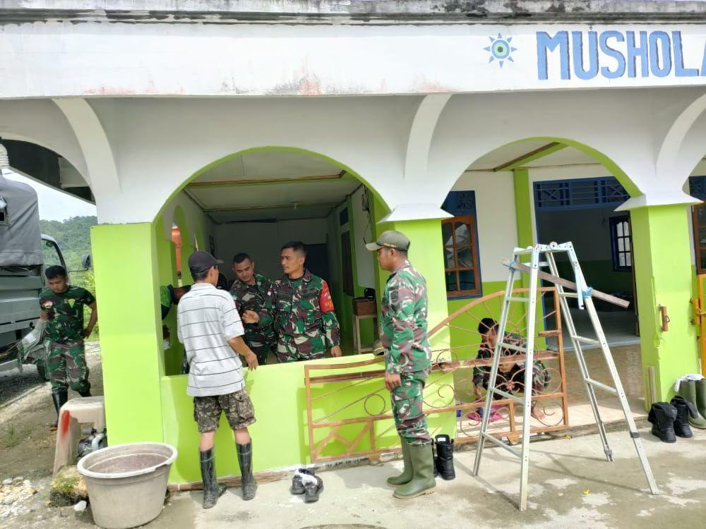 Satgas Pamtas RI-PNG Bantu Warga Renovasi Musholahdi Papua