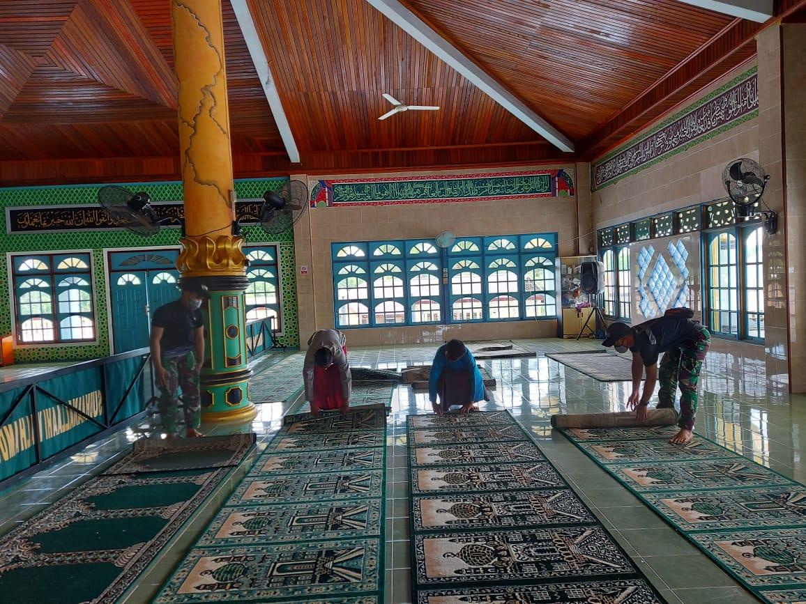 Wujudkan Kenyamanan Ibadah di Bulan Suci Ramadhan,Personel SatgasRI-Malaysia Bersama Warga Bersihkan Masjid