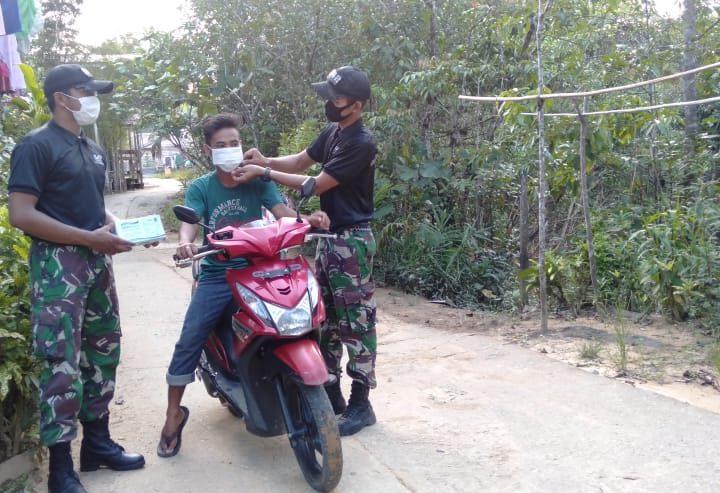 Disiplin Protokol Kesehatan, Satgas Pamtas RI-Malaysia Bagikan Masker kepada Warga Perbatasan