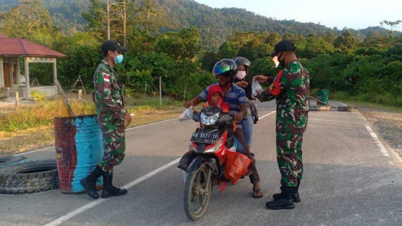 SatgasPamtasRI-Malaysia Bagikan Takjil Saat Sweeping Pengendara