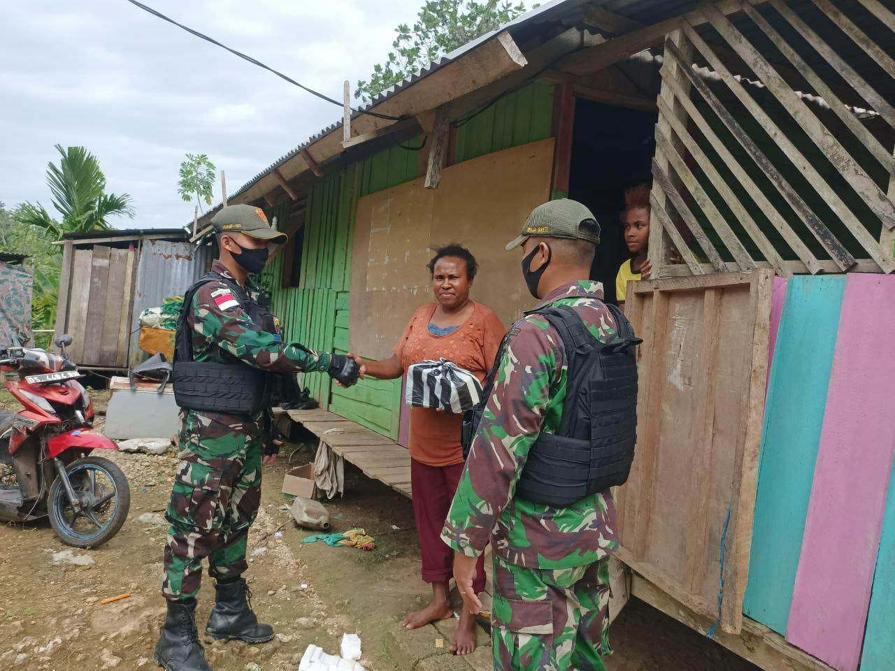 TNI Berbagi Sembako Kepada Masyarakat Perbatasan di Papua