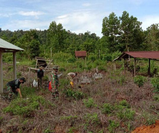 Babinsa Sebubus Bersama Warga Gotong Royong Bersihkan TPU