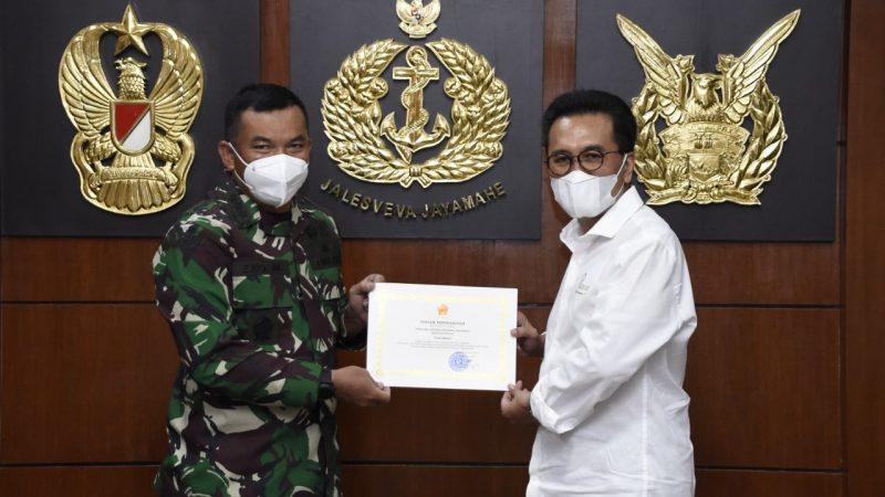 Bantu Penggalangan Dana untuk Prajurit, Panglima TNI Berikan Piagam Penghargaan kepada Yozua Makes