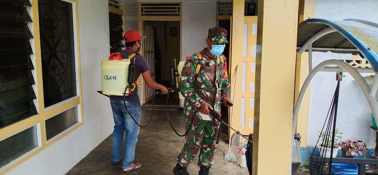 Ciptakan Suasana Aman dari Covid-19, TNI-Polri Kompak Semprotkan Disinfektan