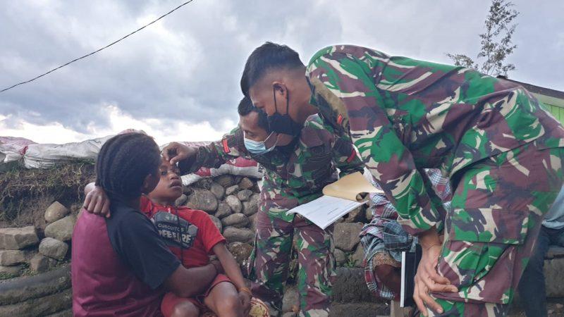 Satgas TNI Obati Masyarakat yang Sakit di Pegunungan Tengah Papua