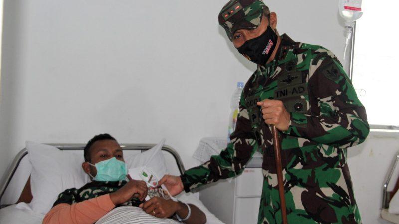 Pangdam XVII/Cenderawasih Jenguk Nakes Korban Keganasan KST