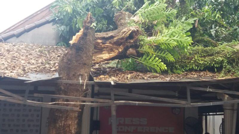Imbas Angin Puting Beliung Kantor KPU Kota Depok Rusak