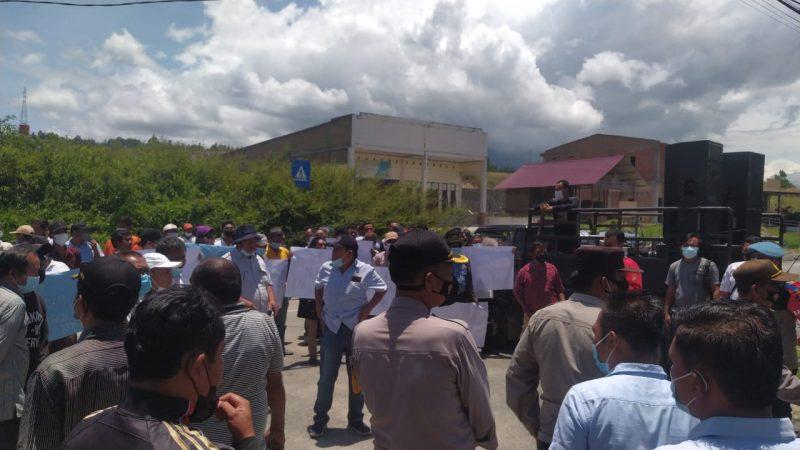 Lakukan Aksi Demo, Massa AMPP Tuntut Bupati Samosir Bubarkan Staf Khusus