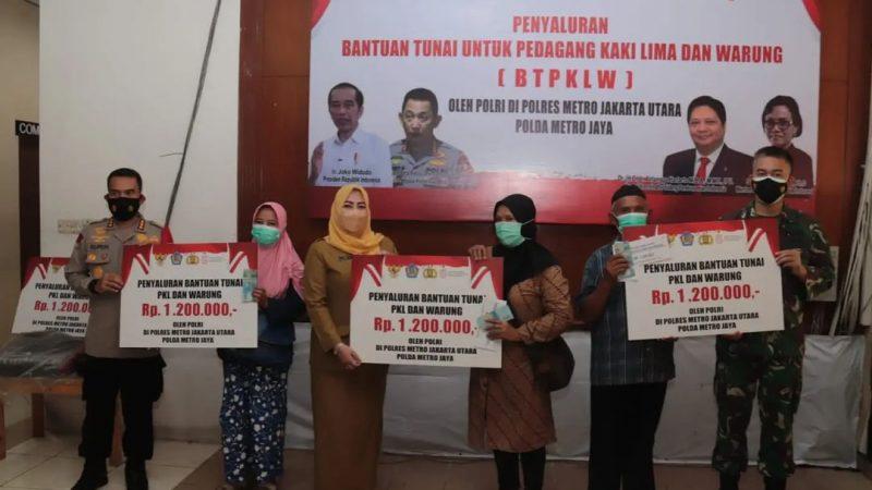 Polres Jakut Serahkan Bantuan Tunai Kepada PKL dan Warung