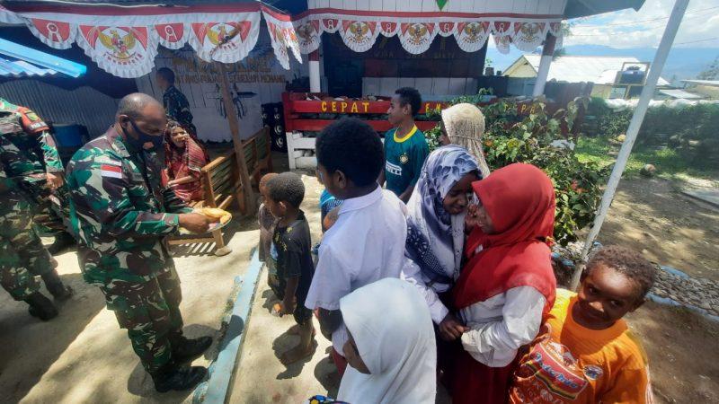 Satgas Pamrahwan Yonif RK 751/VJS Bersama Masyarakat Rayakan HUT Ke-76 TNI