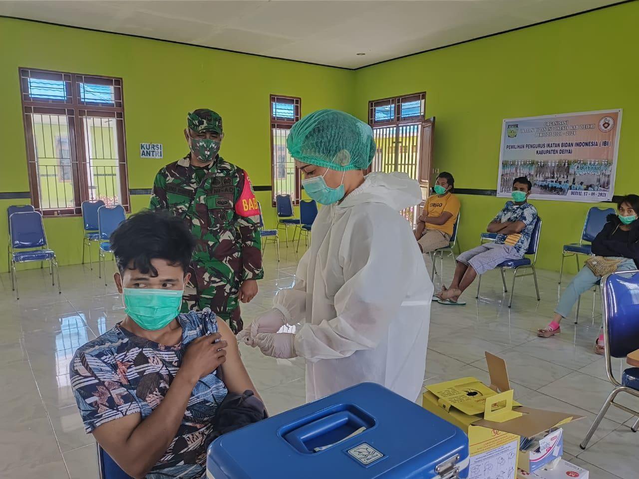 Aparat TNI Pastikan Pelaksanaan Vaksinasi Covid-19 Tertibdan Kondusif
