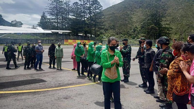 Ketua Persit KCK Kunjungi Pos TNI di Puncak Jaya